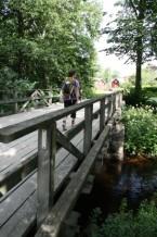 Vandrare på bro Vira Roslagsleden Foto Gunnika